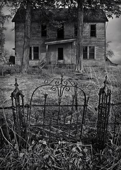 Great photo stream of abandoned buildings Abandoned Buildings, Old Abandoned Houses, Abandoned Mansions, Old Buildings, Abandoned Places, Derelict Places, Old Mansions, Spooky House, Creepy Houses