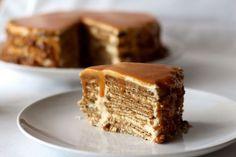 Bolo de Bolacha e Molho de Caramelo Cookbook Recipes, Baking Recipes, Cake Recipes, Portuguese Desserts, Portuguese Recipes, Food Cakes, Biscuits, Food Wishes, Candy Cakes