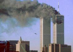 Hace 15 años, el 11 de septiembre de 2001, Al Qaeda perpetró uno de los atentados más grandes de la historia. Los terroristas secuestraron cuatro aviones comerciales, dos de los cuales estrellaron contra las Torres Gemelas del World Trade Center en Nueva York y uno contra un edificio del Pentágono, causando la muerte de cerca de 3.000 personas. Las siguientes imágenes captan los pri...