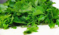 Si quieres eliminar las ojeras con ingredientes naturales recuerda que tan solo necesitarás un poco de agua y una cucharada de perejil fresco.