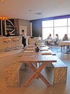 Mesas de comer para: Marielle, Restaurantes & Bar, Polanco, CDMX. El diseño de interiores, el criterio de los materiales, iluminación así como la restauración arquitectónica del espacio estuvo a cargo de @Vertical Arquitectura liderado por el Arquitecto David Pérez Ortega