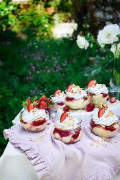Μιλφέιγ με φράουλα σε ποτήρι – Let's Treat Ourselves Food Photography, Cheesecake, Strawberry, Sweets, Cream, Desserts, Recipes, Creme Caramel, Tailgate Desserts