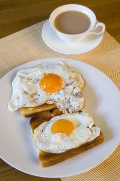 Fried Egg On Toast, Egg Toast, Fried Eggs, Breakfast Table Setting, Breakfast Meals, Food Snapchat, Aesthetic Food, Cravings, Food Porn