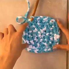 Veja Como Aprender Fazer um Tapete de Crochê Passo a Passo! Crochet Basket Pattern, Crochet Patterns, Easy Crochet, Knit Crochet, Crochet Storage, Sewing Crafts, Diy Crafts, Crochet Home Decor, Crochet Handbags