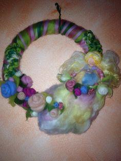 Ghirlanda con fata delle rose in lana fiaba e di CreazioniMonica