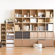 //書櫃 //deco muji shelving with archive boxes Casa Muji, Muji Haus, Home Interior, Interior Architecture, Interior Design, Style Muji, Maison Muji, Muji Storage, Office Storage
