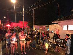 Moradores de Botucatu se reúnem para protestar contra morte de cadela - Segundo estimativa da Polícia Militar, aproximadamente 150pessoas se reuniram na Rua Palmiro Biazon, região central de Botucatu, para protestar conta a morte de uma cadela, ocorrida no último fim de semana.  A manifestação foi pacífica e os participantes percorreram cincoquarteirões, alguns - http://acontecebotucatu.com.br/geral/moradores-de-botucatu-se-reunem-para-protestar-contra-morte-de-