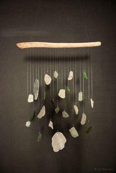 Mobile aus Glasstücken, die im Meer abgeschliffen wurden. Mit feinem Draht umwickelt und an Treibholz aufgehängt