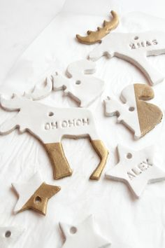 Ornements noël blanc et or de Hello Hello. Clay Christmas Decorations, Diy Christmas Ornaments, Christmas Holidays, White Christmas, Diy Crafts To Do, Christmas Crafts, Diy Xmas, Deco Table Noel, Natural Christmas