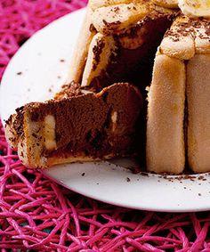 Charlotte de banana e chocolate é a receita de sobremesa perfeita para terminar em grande um jantar de amigos.