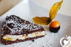 Skvelá kokosovo banánová torta, ktorá je úplne bez cukru a nemusíte ju piecť. Zbúchate ju za pár minút, avšak je potrebné ju nechať stuhnúť v chladničke – treba na to myslieť, ak ju chcete pripraviť na konkrétnu udalosť Kokosovo-banánová torta Ingrediencie pre korpus: 1/2 šálky datlí 1 šálka vlašských orechov 1 šálka strúhaného kokosu 1Viac