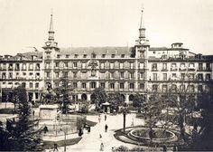 old photo Plaza Mayor, Madrid Spain Old Pictures, Old Photos, Foto Madrid, Spain Images, Old Buildings, Vintage Photographs, Empire State Building, Paris Skyline, Europe
