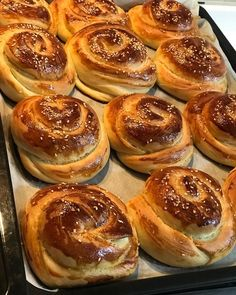 Gerçekten çok ama çok nefis bir poğaça tarifim var.Bu aralar sürekli yaptığım puf puf yumuşacık bu poğaçaların tarifi şimdi sizlerler.Hamur… Alanya Turkey, Sweets Recipes, Desserts, Turkish Recipes, Cake Shop, Galette, Snacks, Food Design, Cake Cookies