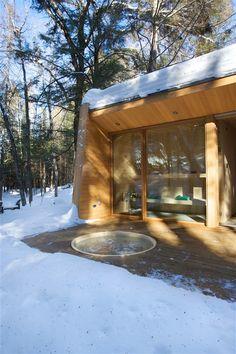 Sauna in den hof ;c) met bijhorend bad - - La Luge by Yiacouvakis Hamelin Architectes | iGNANT.de