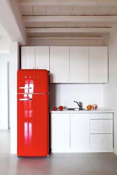 Tendance déco : le rouge, suivez le fil by MyHomeDesign Une cuisine laquée blanche réveillée par un frigo Smeg rouge