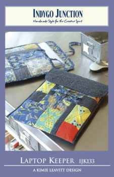 Now you can use the beauty of quilted patchwork to hold your modern technology. This quilted laptop keeper is roomy enough to safely store most laptops. It makes a perfect gift for students, graduates, office workers or anyone who carries her laptop . Purse Patterns, Quilt Patterns, Sewing Patterns, Capas Kindle, Sewing Crafts, Sewing Projects, Tape Crafts, Diy Cape, Quilted Bag