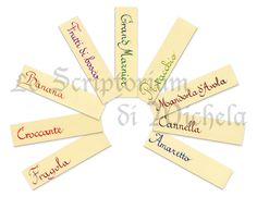 Cartoncini 100% cotone per gusti confetti. Policromi nelle nuances: rosso-fucsia, rosso-arancione, arancione-giallo, giallo verde, verde-blu, blu-nero, blu-viola, viola-fucsia, marrone-rosso, marrone-nero. Testo in scrittura italica. Dim. 5x10 cm