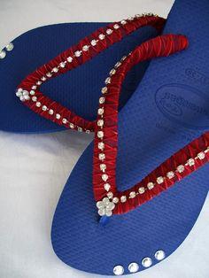 Havaianas legítimas, azul cobalto, customizadas com muito bom gosto e produtos de qualidade.  Um lindo acessório somente para mulheres charmosas, elegantes e chiquérrimas, que gostam de fazer a diferença ...