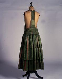 """Φόρεμα της ενδυμασίας «σκλέτα» από την Αστυπάλαια, Δωδεκάνησα. Αρχές 20ού αιώνα. Συλλογή Πελοποννησιακού Λαογραφικού Ιδρύματος, Ναύπλιο. The dress of the """"skléta"""" costume from Astypalaia, Dodecanese. Early 20th century. Peloponnesian Folklore Foundation Collection, Nafplion"""