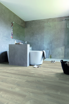 Quick-Step Livyn Flooring - Pulse 'Sand storm oak warm grey' (PUCL40083) in a modern bathroom. To find more bathroom inspiration, visit our website:https://www.quick-step.co.uk/en-gb/room-types/choose-the-perfect-bathroom-flooring #salledebains #badkamer
