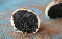 Oreos Liquorice Truffles Recipe (14-16 truffles)  100 g of cream cheese  250 g Oreos  2 teaspoons sweet licorice syrup  300 g of white chocolate  Licorice Powder