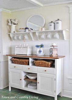 Una sencilla repisa blanca nos sirve para almacenar y lucir las mejores  piezas de nuestra vajilla. 094a81b68d3d
