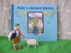 Tijd om de schapen te scheren. Hoe wordt de wol van een schaap tot een trui? Lees het in 'Pelle's nieuwe kleren'.