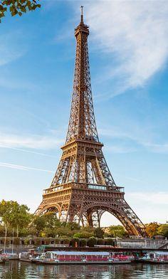 Paris apaixona porque é única. Respira sofisticação, transpira história e cultura e seu tamanho é compacto o suficiente para nos deixar perdidos em suas estreitas e pitorescas ruas. Confira em nosso site uma matéria superinteressante sobre Paris! http://shopntravelguides.com/europa/franca/paris/achados-em-paris
