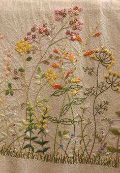 배롱나무꽃이 진 자리에 구절초가 꽃몽우리를 피우기 시작했다. 여름을 난 거친 가지들도 잘라 주고 흙도 ...
