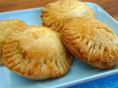 Lekkere hapjes voor de feestdagen. Het bladerdeeg is gevuld met uien, tijm, mosterd en geraspte kaas.   http://degezondekok.nl