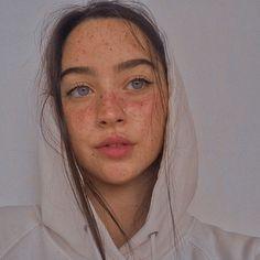 Beautiful Freckles, Beautiful Eyes, Aesthetic People, Aesthetic Girl, Pretty Girls, Cute Girls, Pretty People, Beautiful People, Natural Glowy Makeup