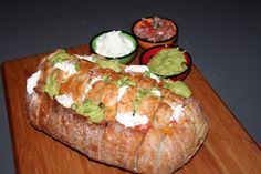 Nacho breekbrood, anders gezegd. Nacho trekbrood.Een brood wat heerlijk gevuld is met cheddar, salsa, guacamole en zure room. Heerlijk om als snack te serveren. Ingrediënten: - 8 el vloeibare boter...