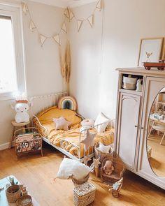 Jessica ⋒ Dream Girl sur Instagram: R o o m 💛 Sa nouvelle chambre avec la peinture qu'elle a choisit. Il manque la plus grosse pièce qui va arriver très vite un gros craquage…