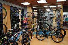 Una imagen de las bicicletas en la exposicion, que se ven desde fuera en el escaparate.
