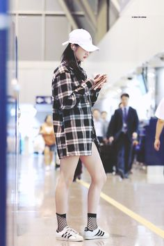 cap + flannel + superstars = casual, fishnet socks show effort and thought, cohesive pattern/color scheme Korean Girl Fashion, Blackpink Fashion, Fashion Outfits, J Pop, Kpop Outfits, Korean Outfits, Girl Outfits, Uzzlang Girl, Airport Style