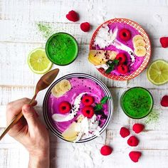 Berryliscious smoothie bowl by @aniahimsa with pink pitaya, raspberries and lemon and to drink a very green hulk containing spinach, arugula, lime, cucumber, apple and dates