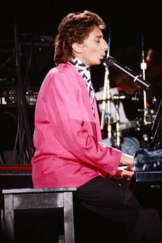 Barry Manilow playing at London in 1988