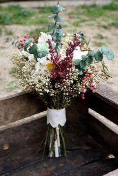 Precioso ramo de flores silvestre para tu boda. inspírate en nuestro blog y encuentra más ramos de novia originales de silvestre, vintage...