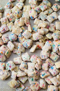 Cupcake Puppy Chow -- puppy chow without peanut butter. It shall be the first time I will ever get to eat puppy chow. Dessert Dips, Dessert Parfait, Köstliche Desserts, Dessert Recipes, Birthday Desserts, Plated Desserts, Birthday Cake, Cupcake Recipes, Birthday Parties