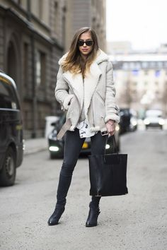 shearling coat-black skinnies-black ankel boots-black tote-printed blouse-friday casual going out outfit-night out-work-weekend-winter style-what to wear when its freezing outside-snow outfit- Style Outfits, Cool Outfits, Pretty Outfits, Fashion Outfits, Look Fashion, Winter Fashion, Fashion Photo, Fashion Black, Woman Fashion