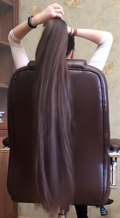 VIDEO - Alina's super silky hair play in her chair - RealRapunzels Long Hair Ponytail, Long Hair With Bangs, Very Long Hair, Long Curly Hair, Straight Ponytail, Long Silky Hair, Bob Hairstyles For Fine Hair, Trending Hairstyles, Modern Hairstyles