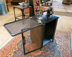 MACHINE À COUDRE ADLER ATELIER  Machine à coudre ancienne en état de marche.  Modèle escamotable, relooké par notre Atelier dans un style industriel.
