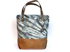 Ein echter Klassiker - die Tote Bag!  Tasche aus handgefärbtem Baumwollcanvas in anthrazit Schattierungen in einer wunderschönen Kombination mit samtig weichem Velourslederimitat und...