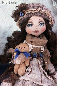 Купить или заказать Vanessa в интернет-магазине на Ярмарке Мастеров. Текстильная куколка Vanessa, рост 46 см. Сшита из трикотажа. Стоит с помощью подставки(в комплекте), умеет сидеть. Ручки гнуться, голова наклоняется, волосы можно расчесывать и заплетать. Платье в стиле Бохо, многослойное, батист, кружево, хлопок, гипюр. Украшено бусинами, шелковым лентами и скрап-розочками. Берет связан ручную, сапожки из натуральной кожи.