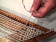TELAR TRIANGULAR PASO A PASO / STELLA GRANDI Loom Weaving, Hand Weaving, Arts And Crafts, Diy Crafts, Chair Makeover, Triangle Shape, Weaving Techniques, Loom Knitting, Fiber Art