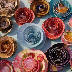 Furadores circulares, de diversos tamanhos, cortados em espiral, podem se tornar ótimas flores de papel. #crazy4scrap #lojaonline #scrapbookideias #scrapbook #scrapdicas #floresdepapel