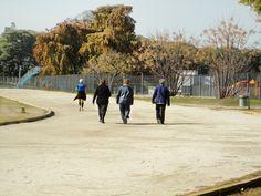 En diferentes planos, se ve la rapidez con la que se mueven las diferentes personas y la dedicación de ellas en el deporte.
