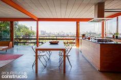 Nesta casa paulistana, elementos construtivos pouco usuais ajudam a compor uma…