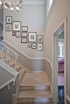 33 Treppe Galerie Wand Ideen Die Sie Inspirieren 33 Stair Gallery Wall Ideas That Inspire You A staircase wall of the gallery is one of the most popular and traditional things for every person who lives in a house. Stair Walls, Stair Photo Walls, Picture Arrangements, Frame Arrangements, Hallway Decorating, Decorating Ideas, Decor Ideas, Sweet Home, Home Decor