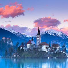 ブレッド島はスロベニアに唯一ある天然の島です。そこにあるブレッド湖にはなんと浮いている教会が、、それがあまりにも美しいことで話題に!結婚式も多く行われるウェディングスポットでもあります♪どの季節に訪れても裏切らない美しさのブレッド湖をみにいきたいー!!